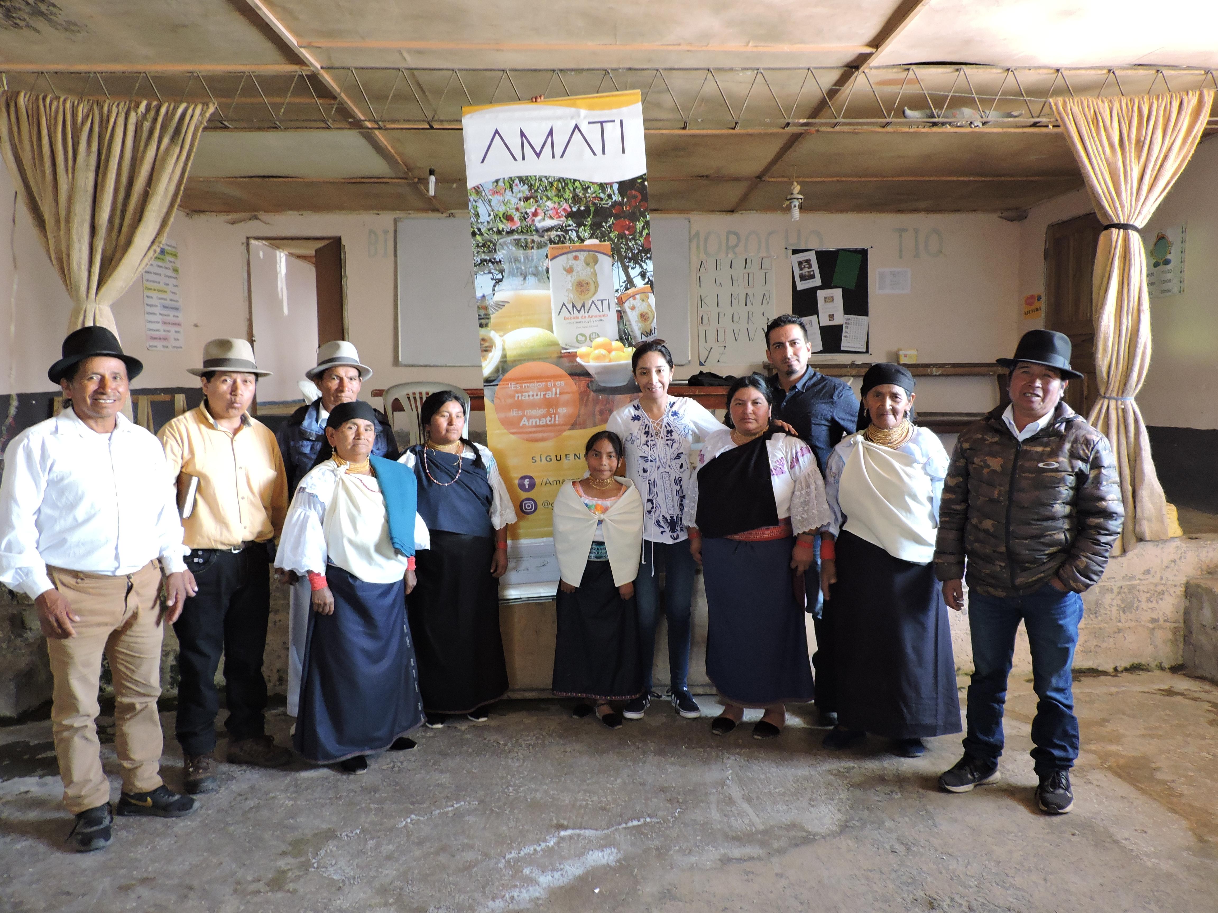 Nelly Moreno con algunos de los miembros de la asociación Mama Murukuna.